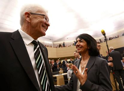Winfried Kretschmann, del partido de los Verdes europeo, habla con Muhterem Aras, presidenta del parlamento del estado de Baden-Wuerttemberg el pasado mayo.