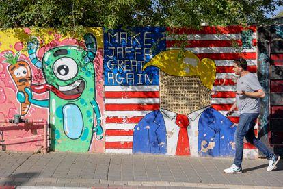 Un hombre ante un mural en Jaffa, al sur de Tel Aviv.