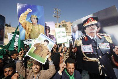 Seguidores de Gadafi muestran imágenes del dictador en una manifestación progubernamental en Trípoli.