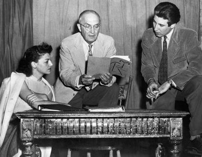 William Carlos Williams (en el centro), en 1949 en Nueva York.