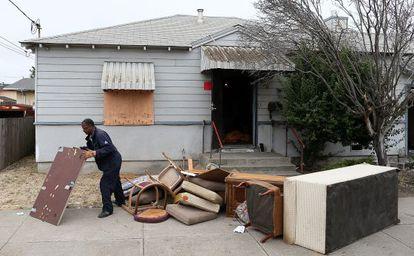 Un hombre recoge muebles de una casa subastada en Richmond, California, en julio de 2012.