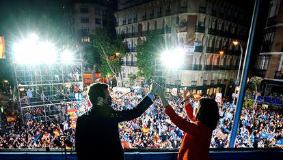 La presidenta de la Comunidad de Madrid, Isabel Díaz Ayuso, y el presidente del partido Pablo Casado, celebran los resultados electorales.