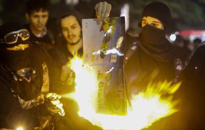 Manifestantes queman un álbum del Mundial,