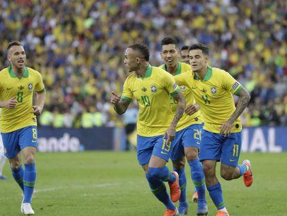 Everton, Coutinho, Firmino y Arthur celebran el primer gol de Brasil ante Perú.