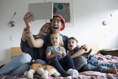 Una familia se hace una foto juntos.