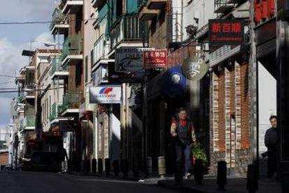 Varios comercios chinos en el barrio madrileño de Usera.