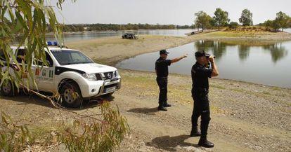 Agentes de la 'policía autonómica', en una paraje natural de Sevilla.