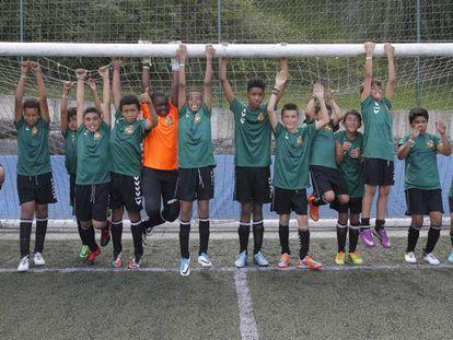 Los jugadores de Dragones de Lavapiés festejan su participación en la Donosti Cup de San Sebastián.