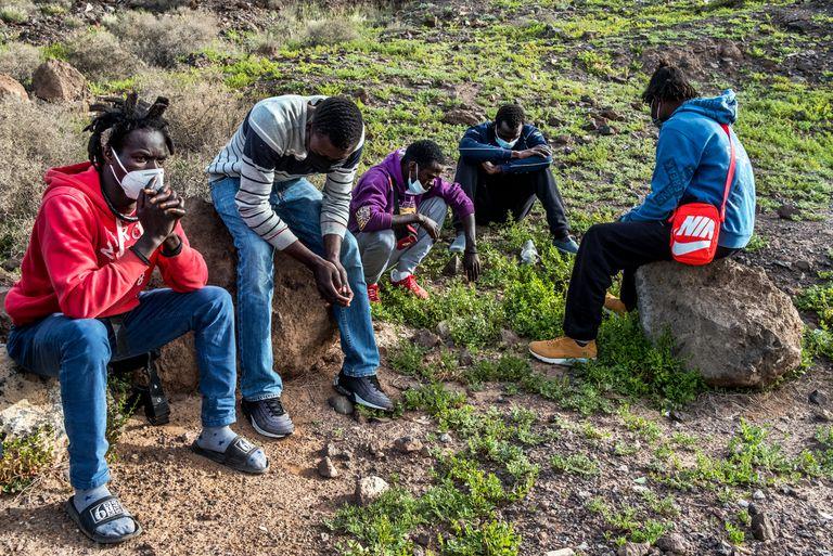 Jóvenes senegaleses huídos del sistema de acogida oficial sobreviven durmiendo en el campo ante el temor de ser deportados.