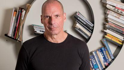 Yanis Varoufakis fotografiado en su casa de Atenas el 8 de marzo de 2021.