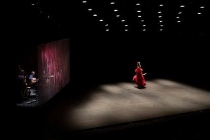 La bailora Ana Morales durante su espectáculo 'En la cuerda floja', representado en el Teatro central de Sevilla y enmarcado en la Bienal de Flamenco.