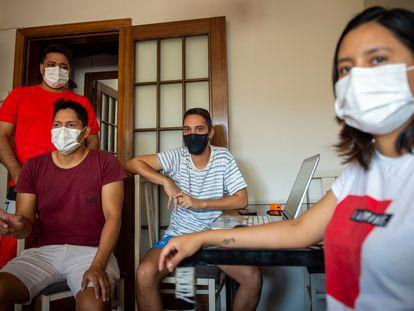 Varios miembros de la familia que vive en Barcelona contagiada por covid que tuvieron que ingresar en el hospital Vall de Hebron. De pie, Leonardo; sentado con camisa granate, Luis, y a la derecha Jhosselyn.