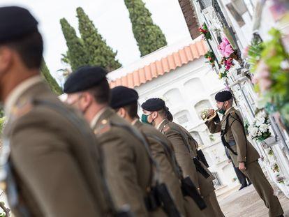 Soldados del Ejército de Tierra participan el pasado 3 de noviembre en un acto en el cementerio de Badajoz.