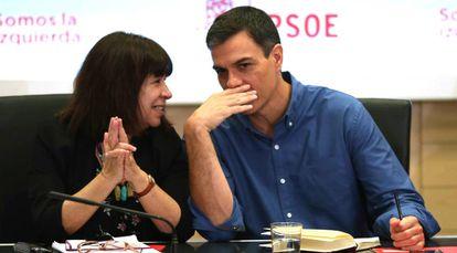 Cristina Narbona junto a Pedro Sánchez, este lunes en Ferraz.