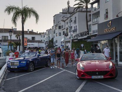 En Puerto Banús se ven Porsches y Rolls Royce pasando casi en silencio, mientras muchos restaurantes permanecen cerrados.