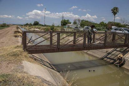 Investigadores de la UNAM toman muestra en un río en Sinaloa.