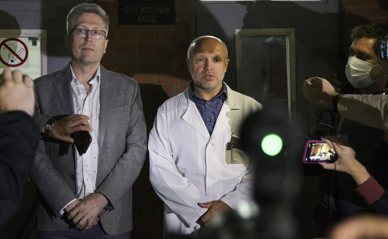 Médicos rusos de la UCI donde estaba ingresado Navalni, la semana pasada en Omsk.