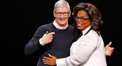 Tim Cook, CEO de Apple, con Oprah Winfrey.