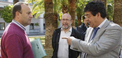 Valderas (derecha), con parlamentarios de IU.