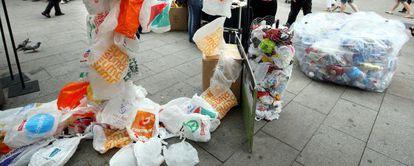 Campaña contra el uso de bolsas de plástico, en Barcelona.