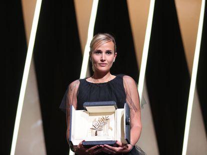 La directora francesa Julia Ducournau, con la Palma de Oro por 'Titane'.