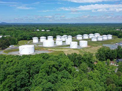 Depósitos de combustible en una planta de Colonial en Charlotte (Carolina del Norte), este lunes.