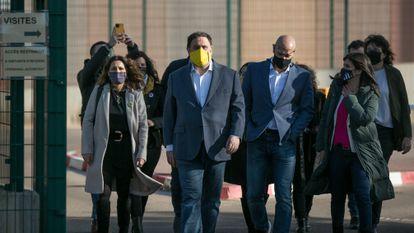 Oriol Junqueras y Raül Romeva, acompañados de miembros de Esquerra, salen a pie del recinto penitenciario de Lledoners, este enero.