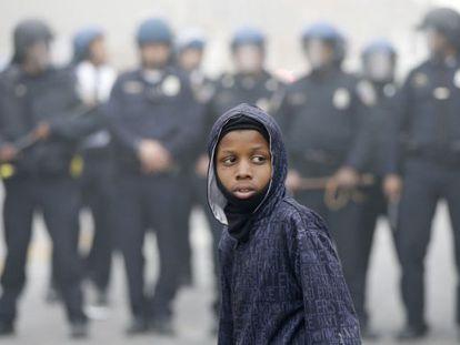 Un chico frente a la policía, durante las protestas del lunes en Baltimore.