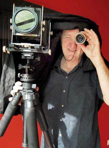 Paul Preece, con su cámara, en el estudio de su casa de Mera.