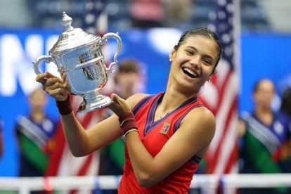 Emma Raducanu posa con el trofeo de campeona del US Open en la central de Nueva York.
