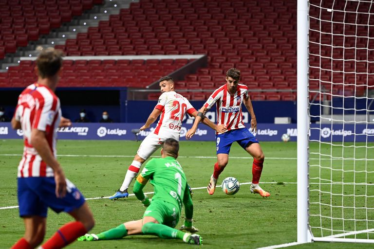 Morata se dispone a rematar la asistencia de Llorente para marcar el 2-0, anoche en el Metropolitano.