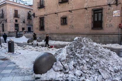 Nieve acumulada en la calle Arenal, de Madrid.