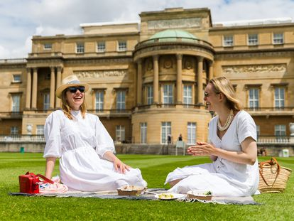 Dos mujeres hacen un picnic en los jardines del palacio de Buckingham, el jueves 8 de julio de 2021.