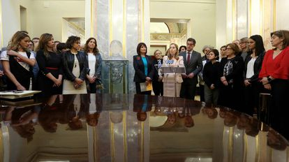Ana Pastor junto a otras diputadas tras descubrir el busto de Clara Campoamor.