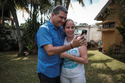 Juan Sebastián Chamorro abraza a su sobrina Margarita Hurtado tras ser excarcelada en Managua el 30 de diciembre de 2019.
