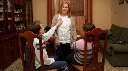 Carmen percibe una ayuda como cuidadora no profesional por cuidar de sus hijos Fran y Paula, ambos con discapacidad psíquica.