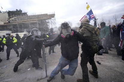 Eenfrentamientos entre las fuerzas de seguridad y los manifestantes, frente al Capitolio.