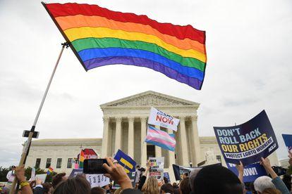 Una manifestación a favor de los derechos del colectivo LGBTQ frente al Tribunal Supremo de EE UU.