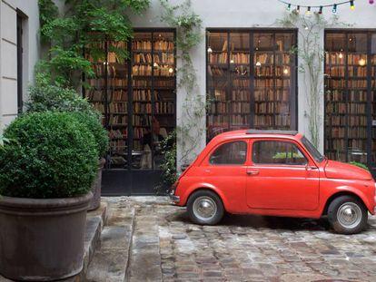 Fachada de la tienda de moda y diseño Merci de París en 2011, con un Fiat 500 en la entrada.