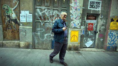 El escritor Petros Márkaris, en un paseo por las calles de Russafa.