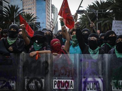 Un grupo de mujeres protesta con los escudos que le quitaron a la policía de Ciudad de México.