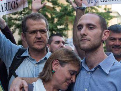 Carmen Bajo y Carlos Cano, el 30 de mayo durante una manifestación contra su condena en Granada.