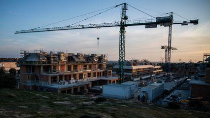 Promoción de viviendas en construcción en Boadilla del Monte (Madrid).