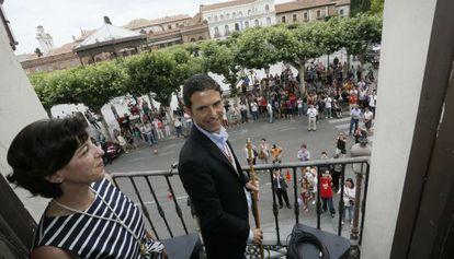 El socialista Javier Pérez, tras sel elegido alcalde de Alcalá, en el balcón del Ayuntamiento.