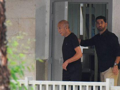 El ex pirmer ministro israelí Ehud Olmert sale de la cárcel de, Maasiyahu, cerca de Tel Aviv.