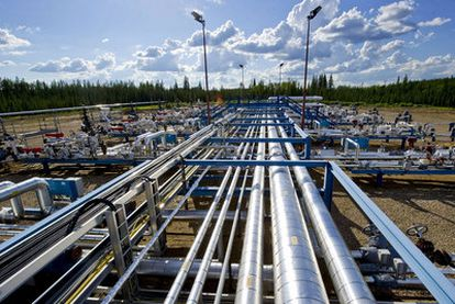 Oleoducto para transportar el producto extraído de arenas petrolíferas en Alberta, Canadá.