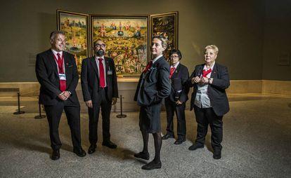 Desde la izquierda, Alberto Bueno, Ramón Miguel, Beatriz Heras, Soledad Martínez y Mari Carmen González, vigilantes de sala del Museo del Prado, con 'El jardin de las Delicias', de El Bosco, de fondo.