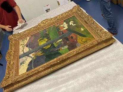 Trabajos de embalaje del cuadro de Paul Gauguin 'Mata Mua', en el Museo Nacional Thyssen-Bornemisza, en junio de 2020.