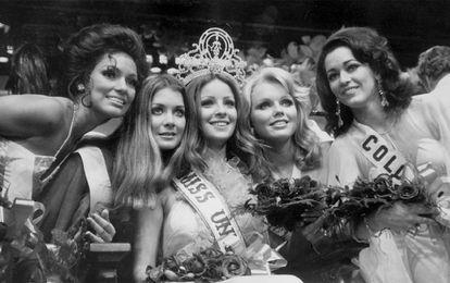 Con 20 años, Amparo Muñoz (en el centro) logró el título de Miss Universo en Manila (Filipinas), en 1974, el primero que ganaba una española.