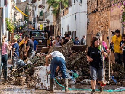 Voluntarios en Sant Lloren para ayudar en las labores de limpieza.